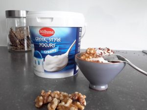 Griekse yoghurt pot van het merk Milbona op tafel