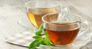 normale thee op houten tafel