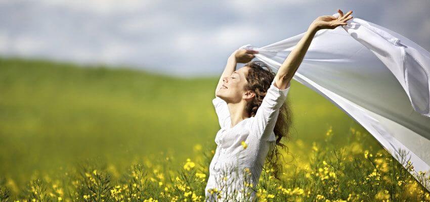 Vrouw geniet en loopt door een veld met bloemen