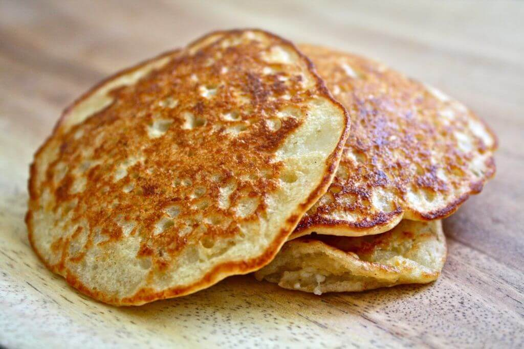 havermout pancakes op elkaar gestapeld op houten tafel