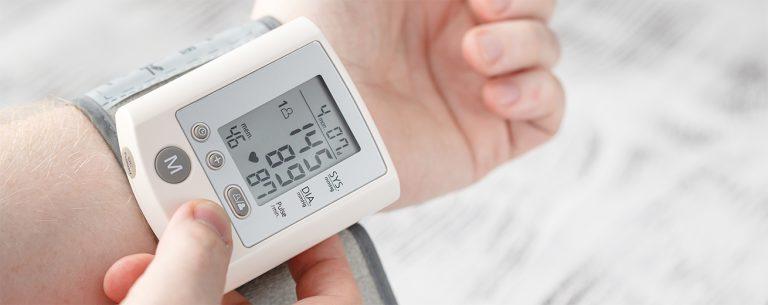 Hoge Bloeddruk (Hypertensie): Uitleg, 8 Symptomen, 20 Oorzaken & 8 Tips