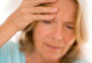 Oudere vrouw heeft last van hoofdpijn