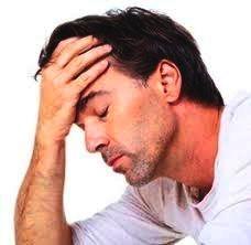 man heeft last van hoofdpijn en misselijkheid