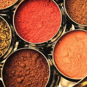 Verschillende soorten kruiden in potjes