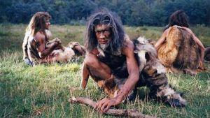 Neanderthalers eten stuk vlees op grasveld