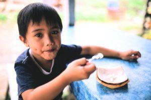 Kind neemt lepel kokos