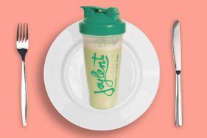 Joylent shake op bord gelegd als maaltijdvervanger naast mes en vork