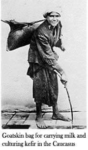 Burger draagt op blote voeten kefir in de Kaukasus
