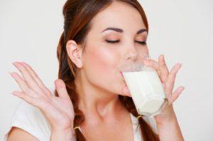 Vrouw geniet zichtbaar van glaasje kefir