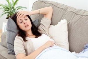 femme allongée sur un canapé