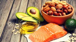 Eiwitrijke en vetrijke voedingsmiddelen op houten tafel