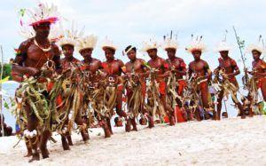 moderne jagers-verzamelaars op eiland vieren feest
