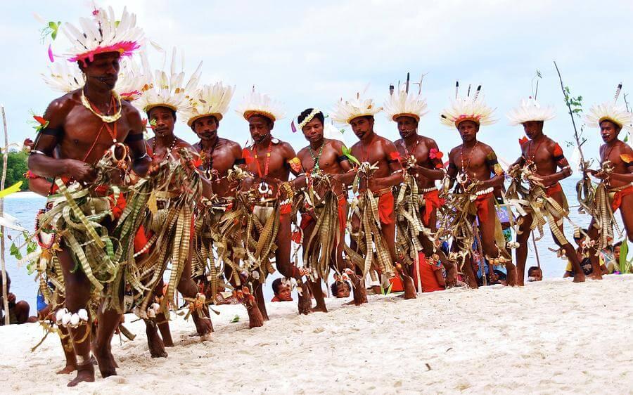 Dansende inwoners van Kitav in traditionele kledij