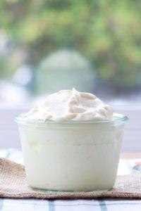 Kokos yoghurt op houten tafel