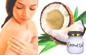 vrouw smeert kokosolie uit over haar huid
