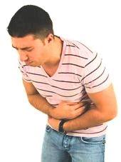 man grijpt naar buik vanwege buikpijn