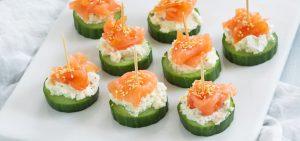 zalm met komkommer snacks op houten spiesjes
