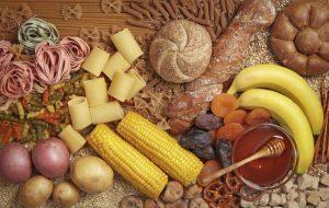 Voedingsmiddelen met ongezonde koolhydraten op een houten tafel