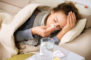 femme grippée allongée sur un canapé