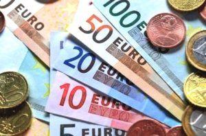 eurobiljetten en munten op tafel