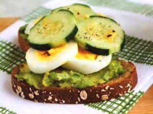 lunch Gekookt ei met komkommer en avocado
