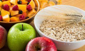 vezelrijke voedingsmiddelen uitgelicht op houten tafel