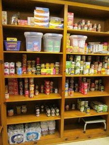 verschillende voedingsmiddelen in voorraadkast