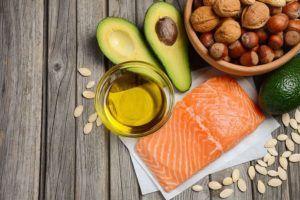 Voedingsmiddelen rijk aan omega 3 vetzuren op houten tafel