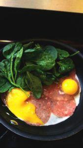 ontbijt 3 Eieren met kaas, salami en verse spinazie