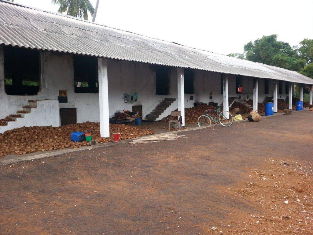 ovenfabriek voor kokosnoten vanaf de buitenzijde
