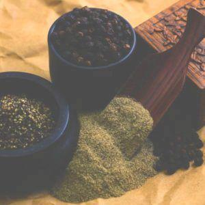 kurkuma gemixt met zwarte peper voor betere opname