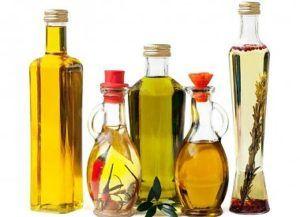 plantaardige olie in glazen flessen