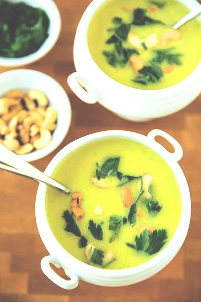 bloemkool crème soep kommetjes op houten tafel