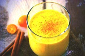 gele smoothie in glas gemaakt van sinaasappels