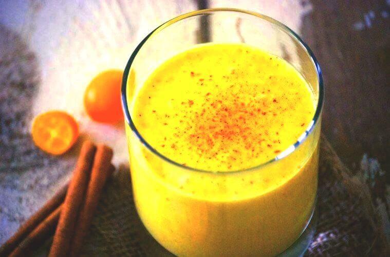 kurkuma smoothie in glas