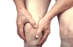 Man grijpt naar knie omdat hij pijn heeft
