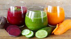3 glazen sapjes met groentes op houten tafel