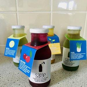 4 soorten sapjes in fles van het merk Sapje op het aanrecht