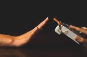 vrouw zegt nee tegen een aangeboden sigaret