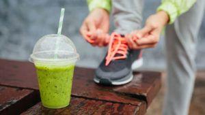 sporter strikt veters met groene smoothie op de voorgrond
