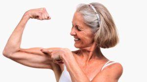 oudere vrouw spant haar armspieren aan