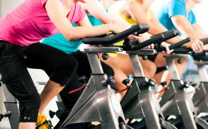 groep vrouwen op fietstrainer doen aan indoor spinning
