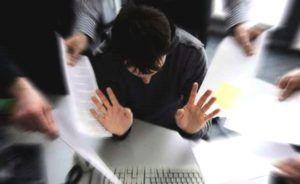 man voor laptop is gestrest op de werkvloer