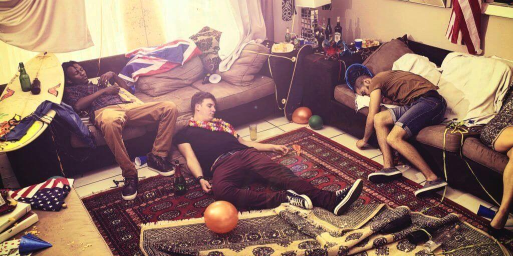 Bezopen jongeren slapen in de huiskamer