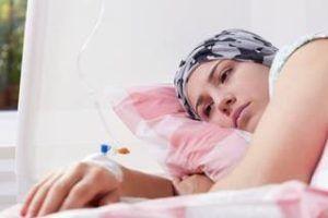 ernstig zieke vrouw ligt in bed