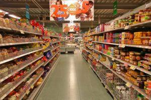 bewerkte voedingsproducten in supermarkt schappen