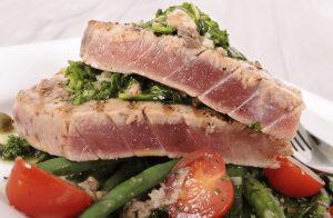 Tonijnsalade met boontjes op een bord