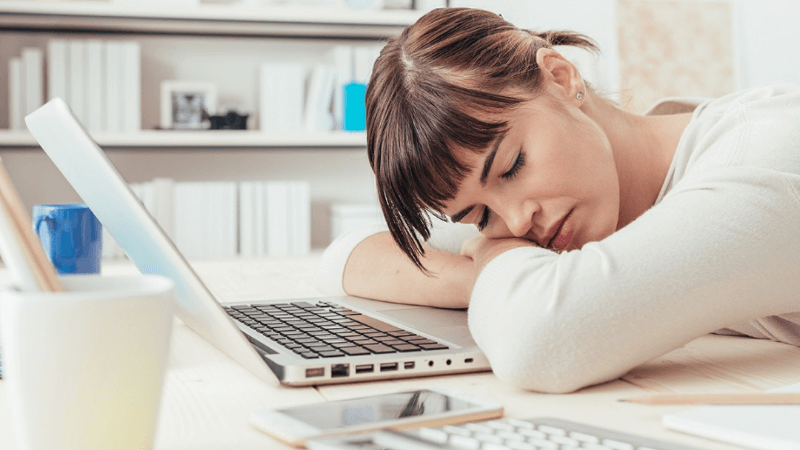 Vermoeidheid: 9 Oorzaken, 12 Symptomen + 6 Effectieve Tips