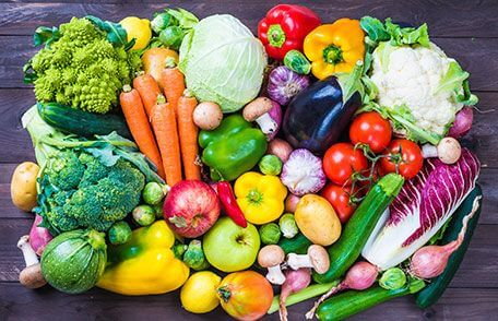 Verschillende soorten groenten uitgespreid op houten tafel