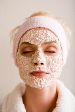 Vrouw met havermout als huidverzorgingsproduct op haar gezicht